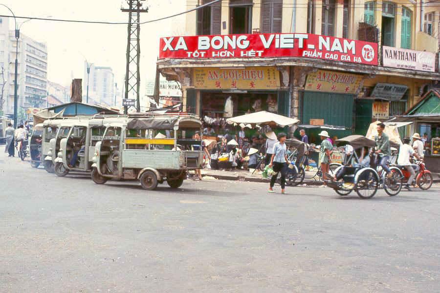 http://brownwater-navy.com/vietnam/photos2/SaigSt1b.jpg